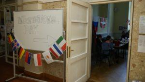 Ein Schild lädt zum internationalen pädagogischen Treffen ein